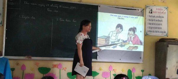 Giáo viên đang hướng dẫn học sinh khai thác tranh trong SGK.