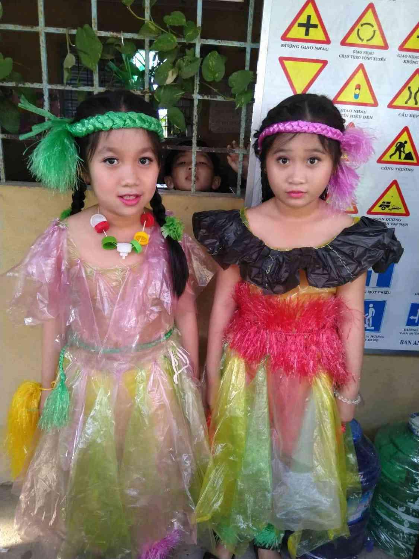 Các em trong trang phục đẹp được làm từ Nilong qua bàn tay khéo léo cảu các tthầy cô đã tạo nên một trang phục đẹp.