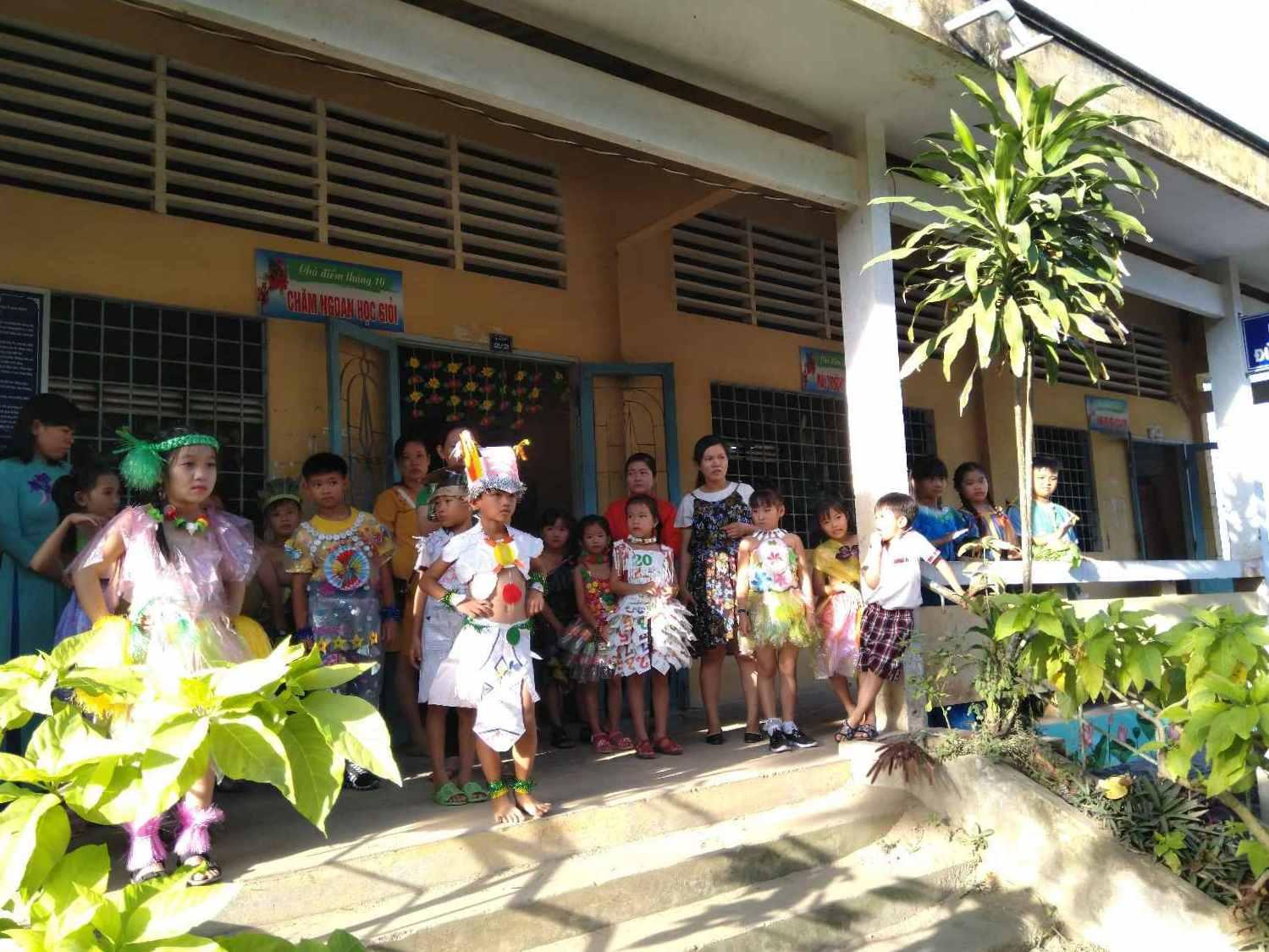 Công tác chuẩn bị và các thi sinh đã chuẩn bị sẵn sàng bước vào cuộc thi biểu diaãn thời trang