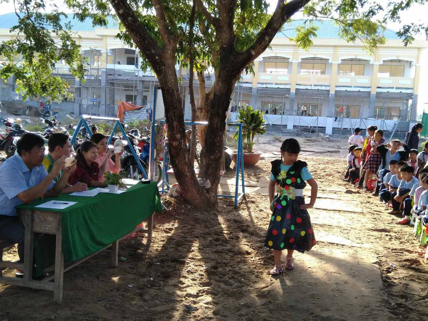 Học sinh lớp 3/3 Nguyễn Ngọc Trâm Anh biểu diễn với trang phục làm từ Nilong và giấy rất là đẹp và tự tin.