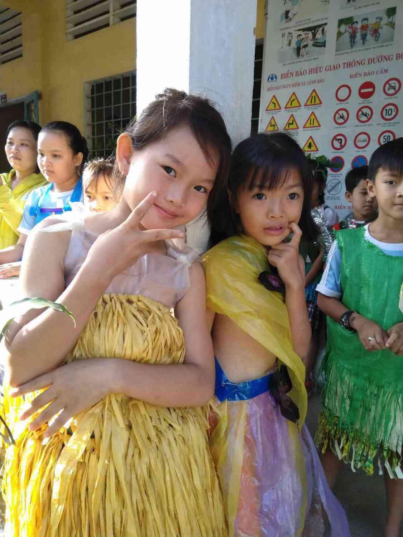 Các em vui vẻ khi biểu diễn trong trang phục của mình.