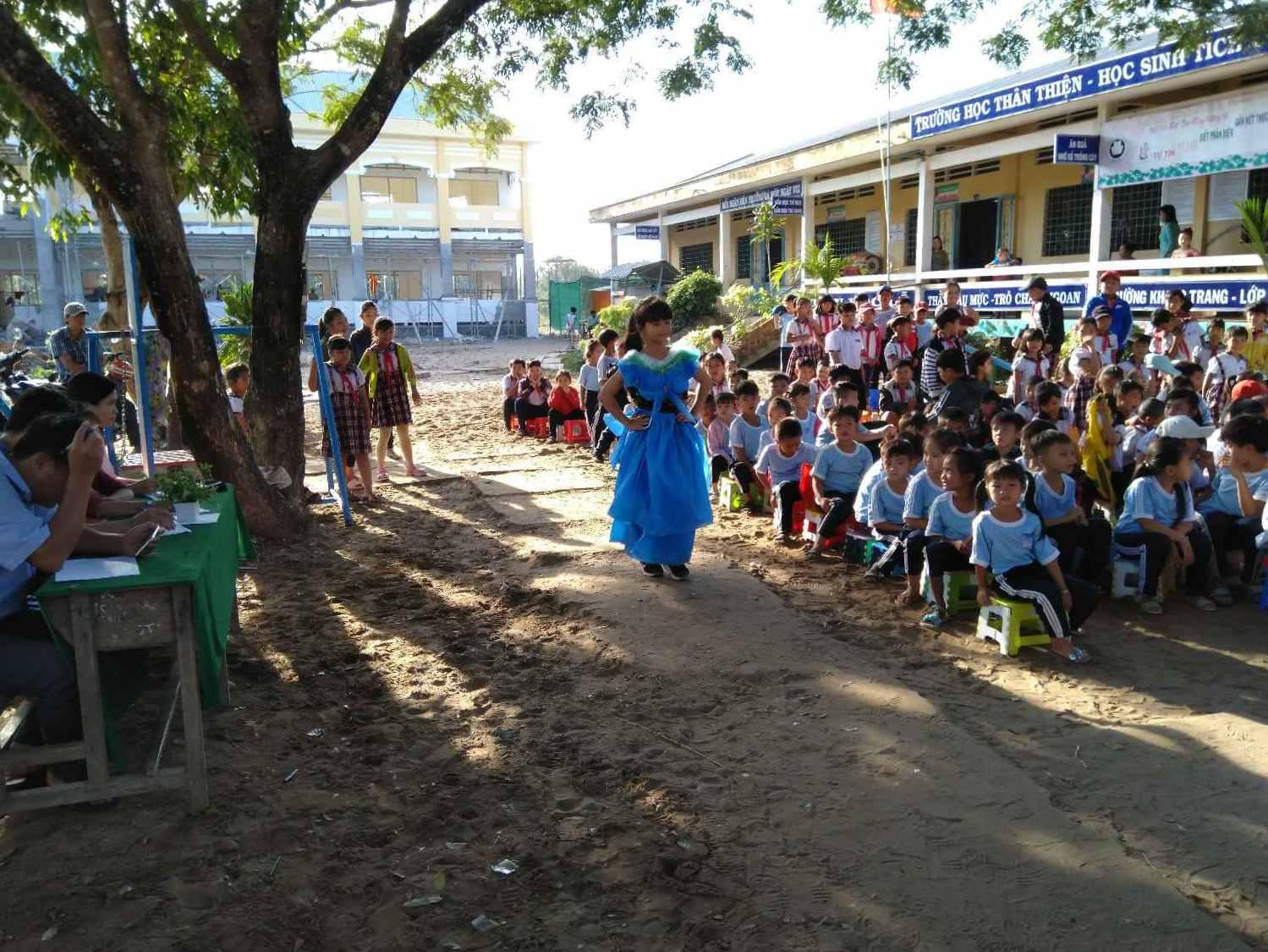 Học sinh lớp 5/2 biểu diễn với trang ohục làm từ Nilong trong rẩt đẹp.