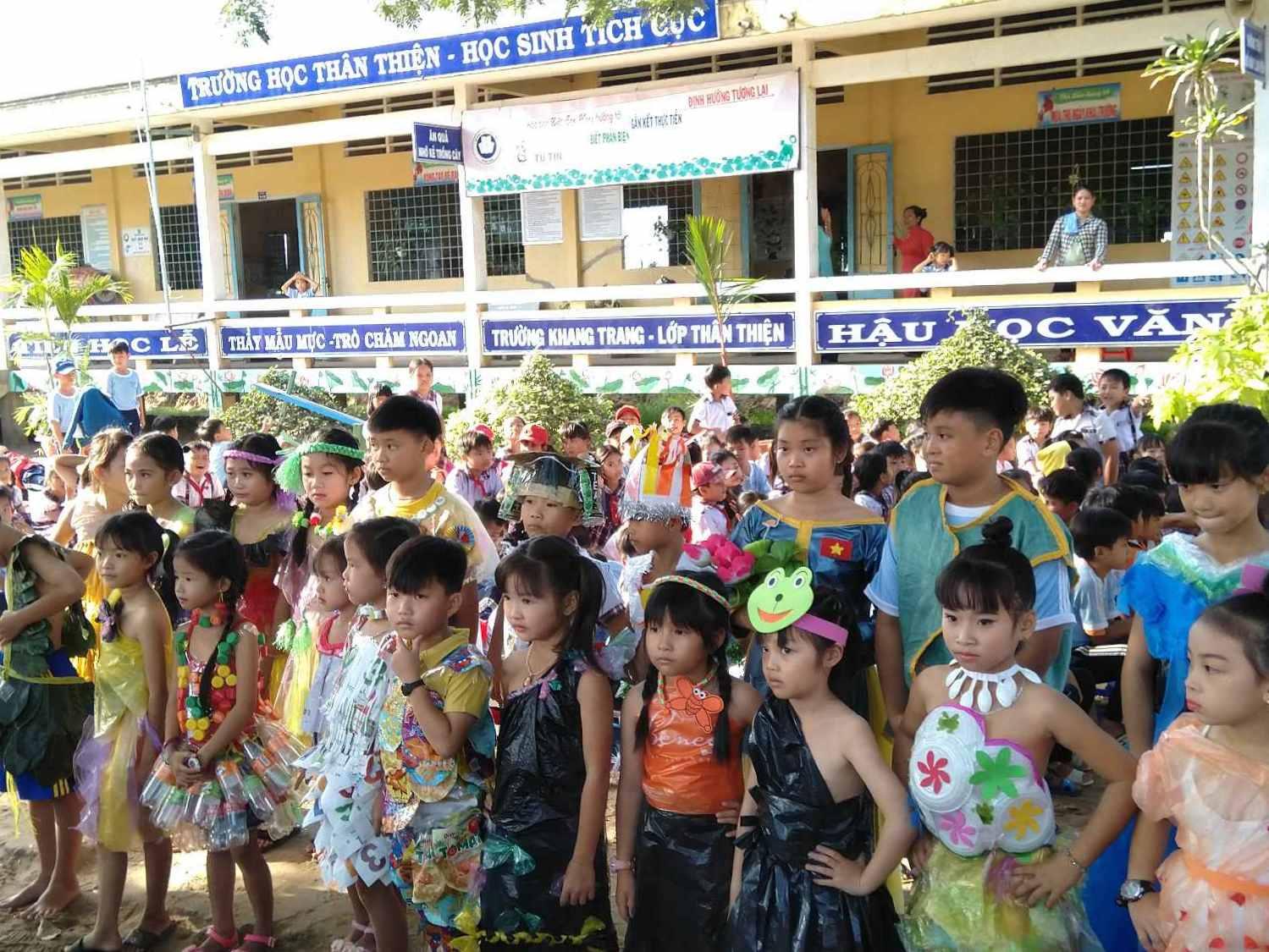 Tất cả các em học sinh trong trang phục biểu diễn của mình