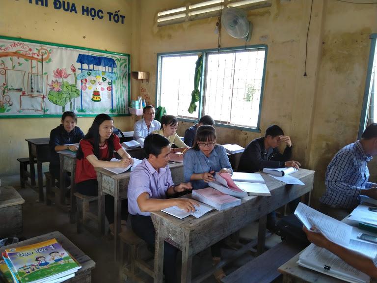 Các giáo viên trong trường Tiểu học Thạnh Lợi 1 nghiên cứu các TT hướng dẫn và tiêu chí chọn SGK lớp 1