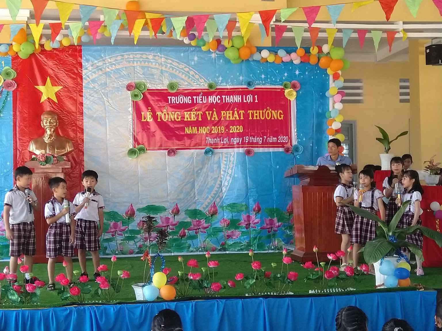 Bắt đầu buổi lễ tiết mục văn nghệ của các em hs lớp 2 biểu diễn.