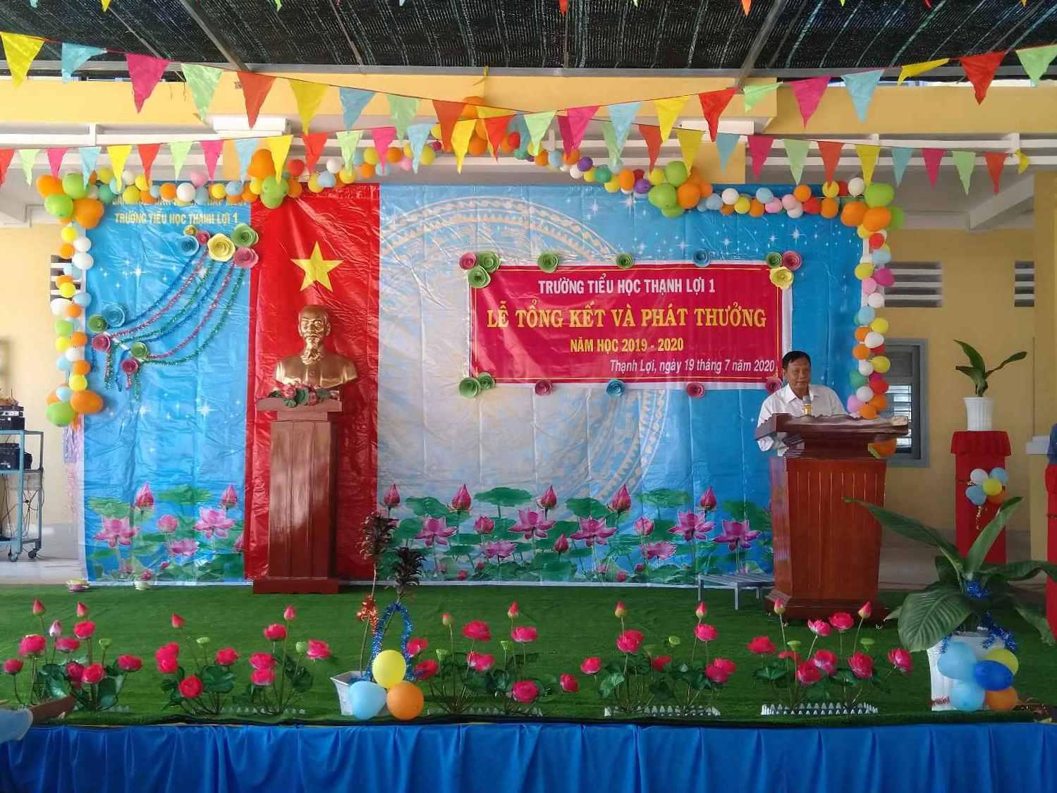 Ông Trần Văn Cưng -phó chủa tịch xã Thạnh Lợi, phát biểu trong buổi tổng kết năm học 2019-2020.