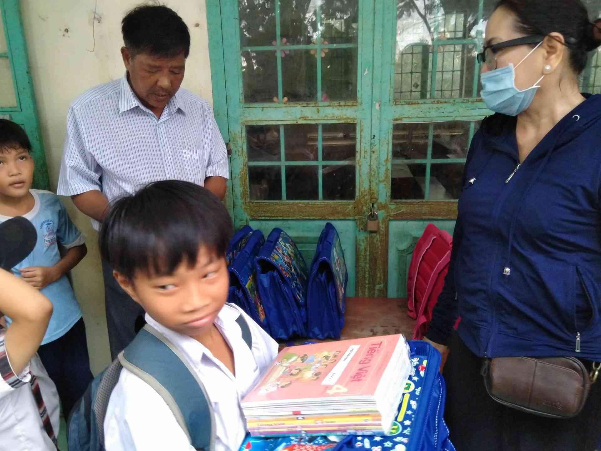 Thày Nguyễn Thành Tẫm( hiệu trưởng nhã trưởng) đang đọc danh sách phát quà cho học sinh.