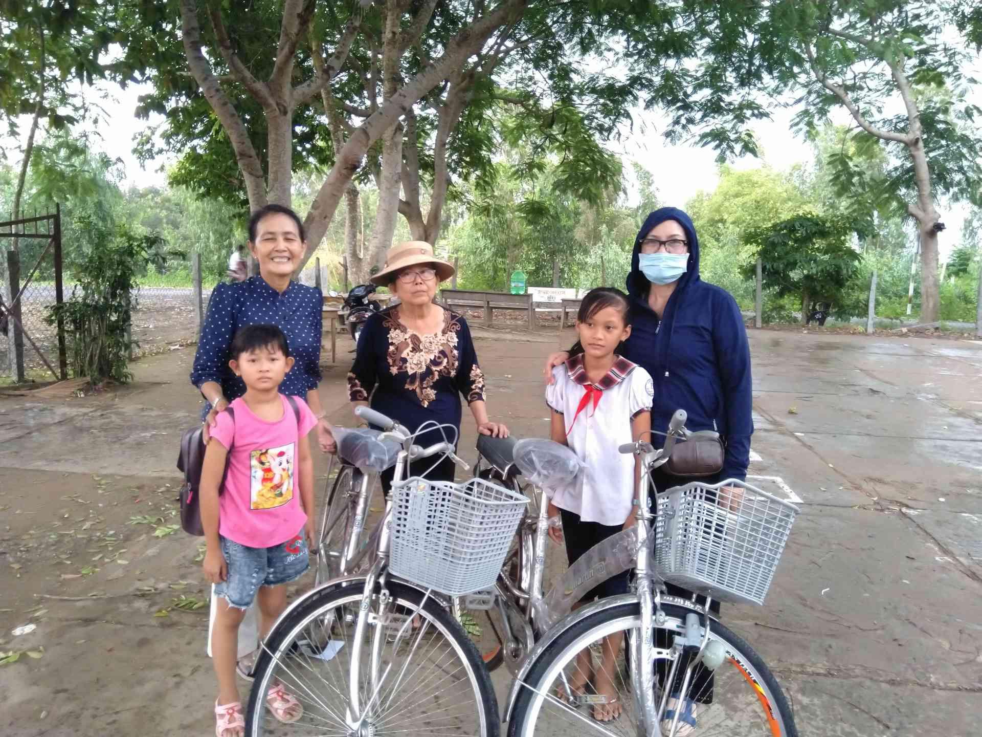 Các em rất vui khi nhận được các chiếc xe đạp.