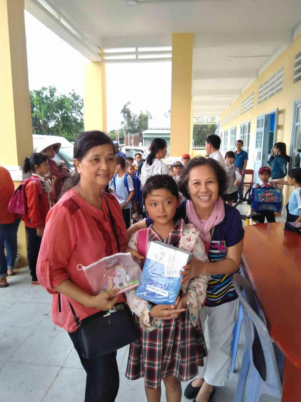 Các cô từ thiện rất vui khi tự tay của mình tặng những phần quà cho học sinh.