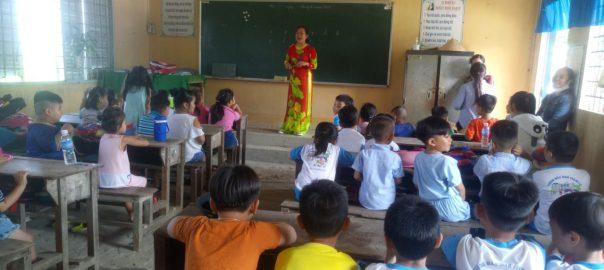 Các em được cô giáo lớp 1 đoán tiếp và hướng dẫn cho các em về lớp học ở lớp 1.