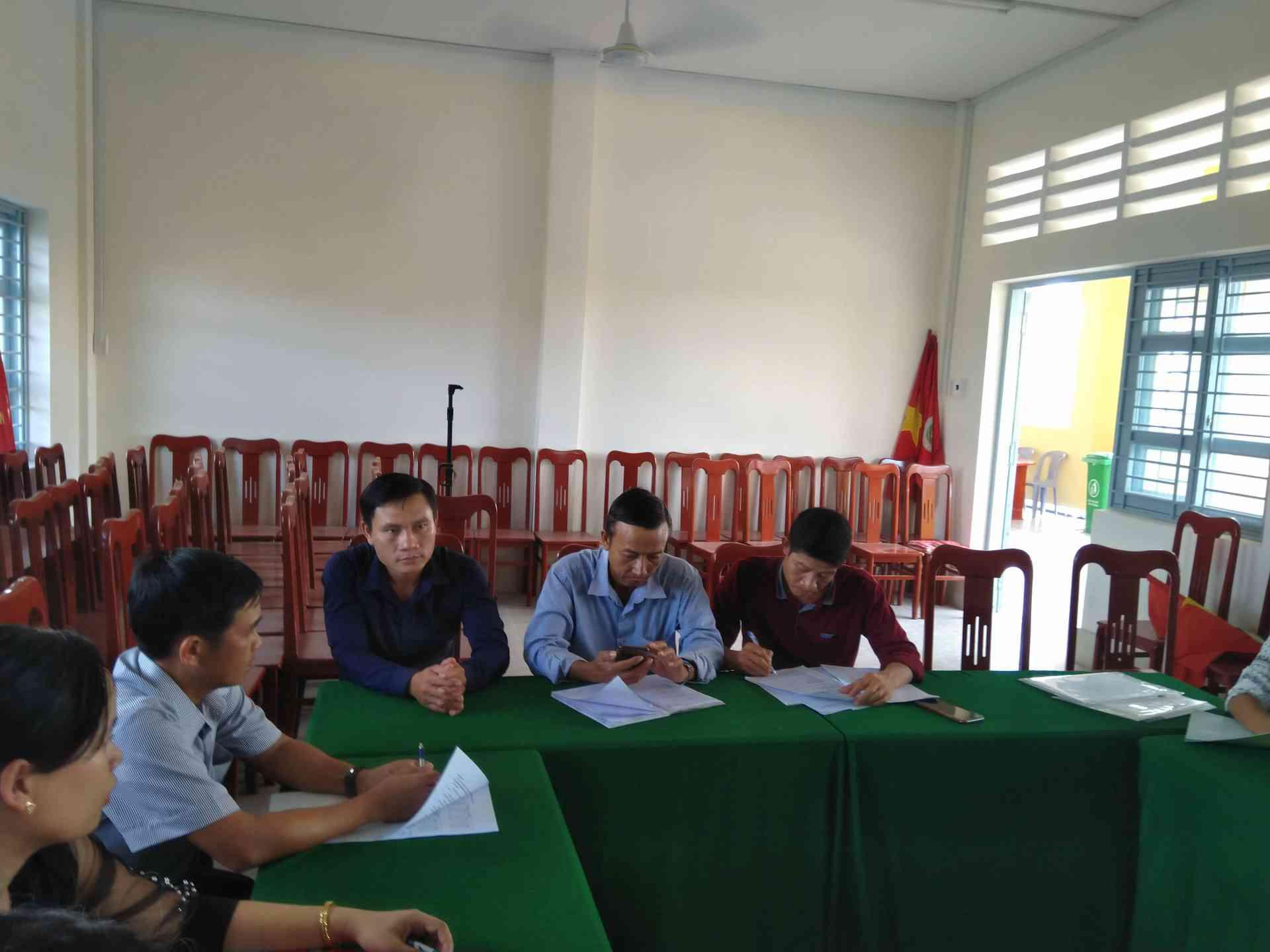 Các giao viên đóng góp ý kiến trong hội nghị chuyên môn.