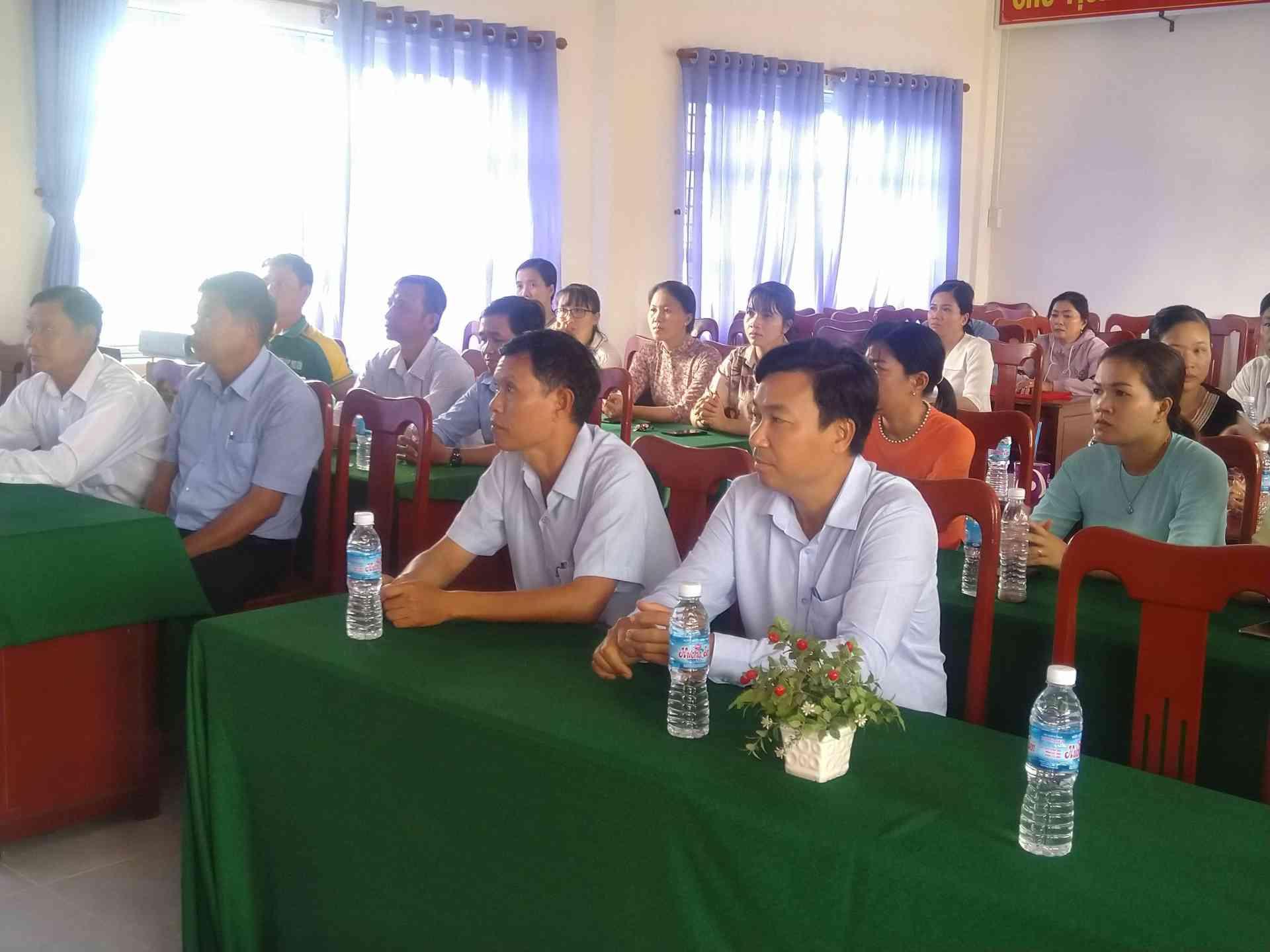 Đến dự buổi lễ có lãnh đạo phòng ,lãnh đạo địa phương và cán bộ quản lý , nhân viên, giáo viên của trường tiểu học Thạnh Lợi 1.