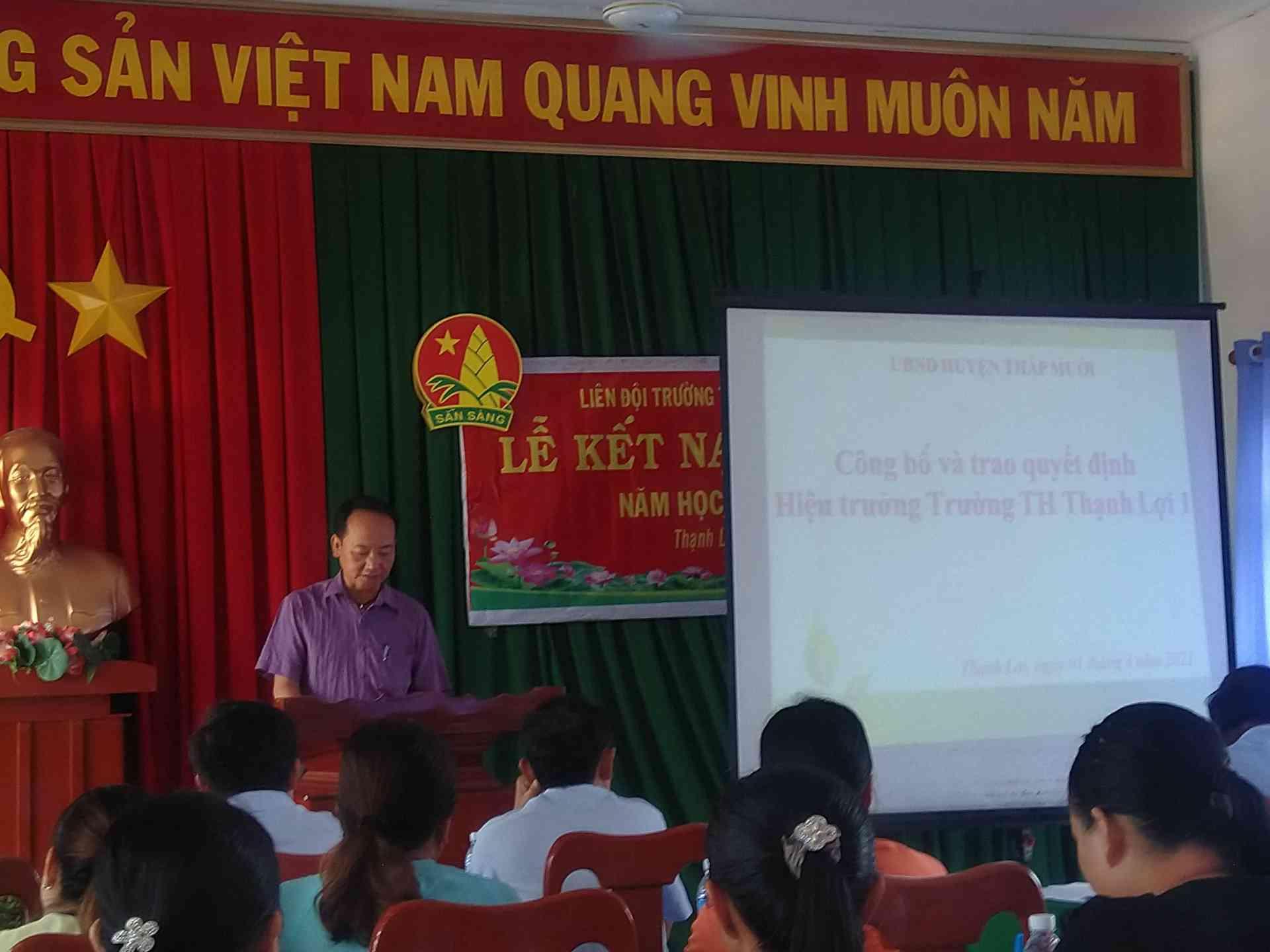 Thầy Nguyễn Thanh Truyền công bố quyết định hiệu trưởng trường Tiểu học Thạnh Lợi 1.