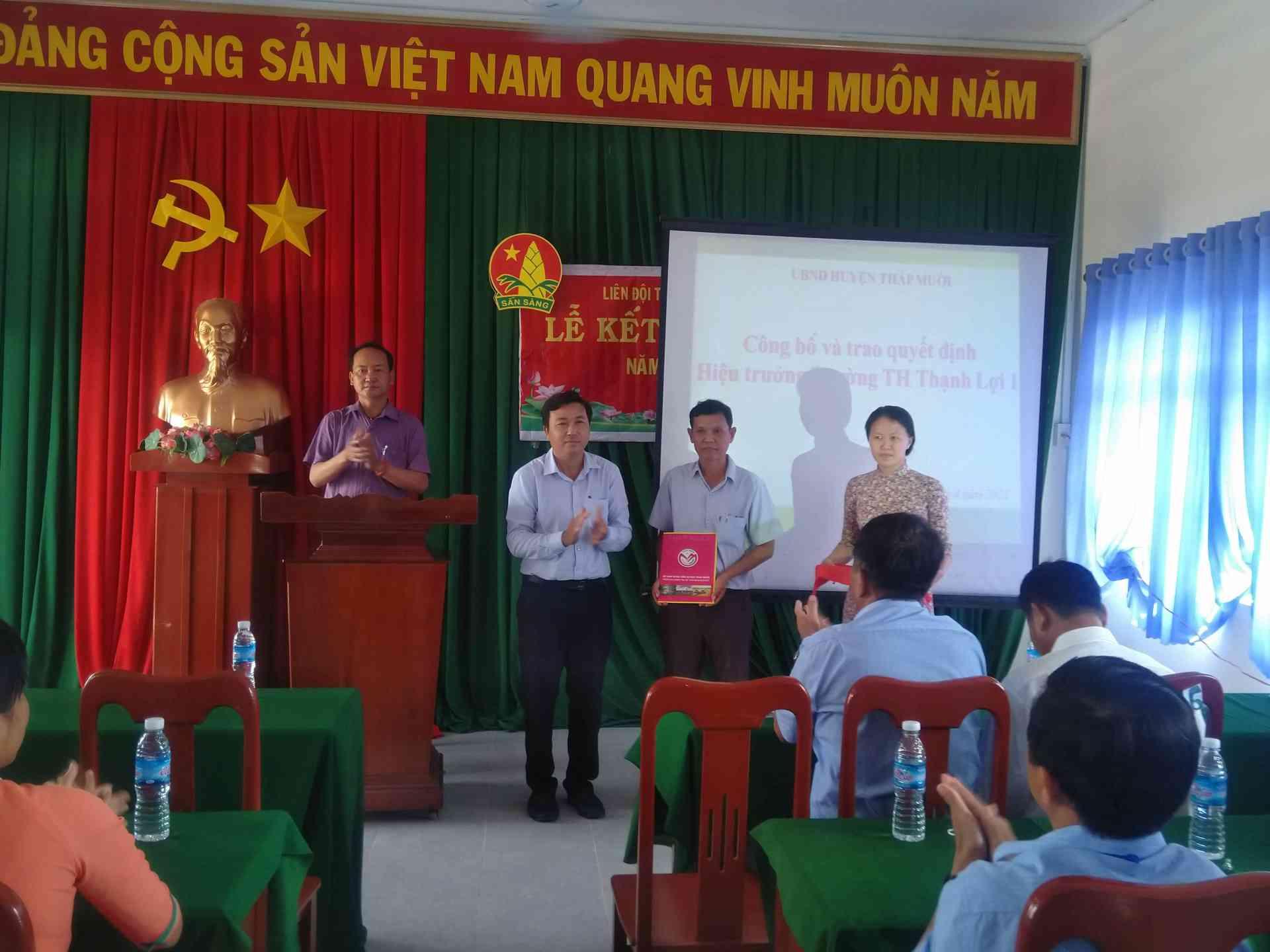 Thầy Ngô Thanh Sang ( trưởng phòng GD) trao quyết định hiểu trưởng cho thầy Nguyễn Ngọc Minh.
