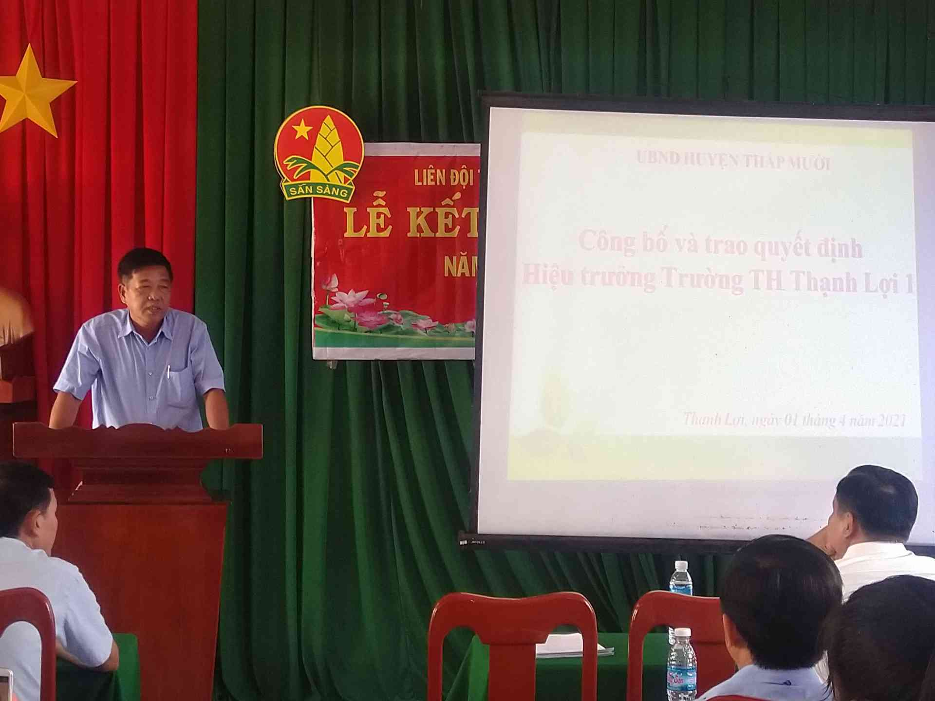 Thầy Nguyễn Thành Tâm phát biểu trong biểu lễ và thông qua biên bản bàn giao.