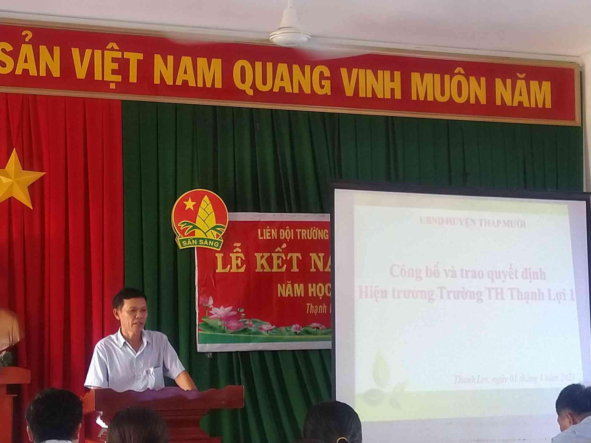 Thầy Nguyễn Ngọc Minh phát biểu trong buôit nhận quyết định hiệu trưởng.