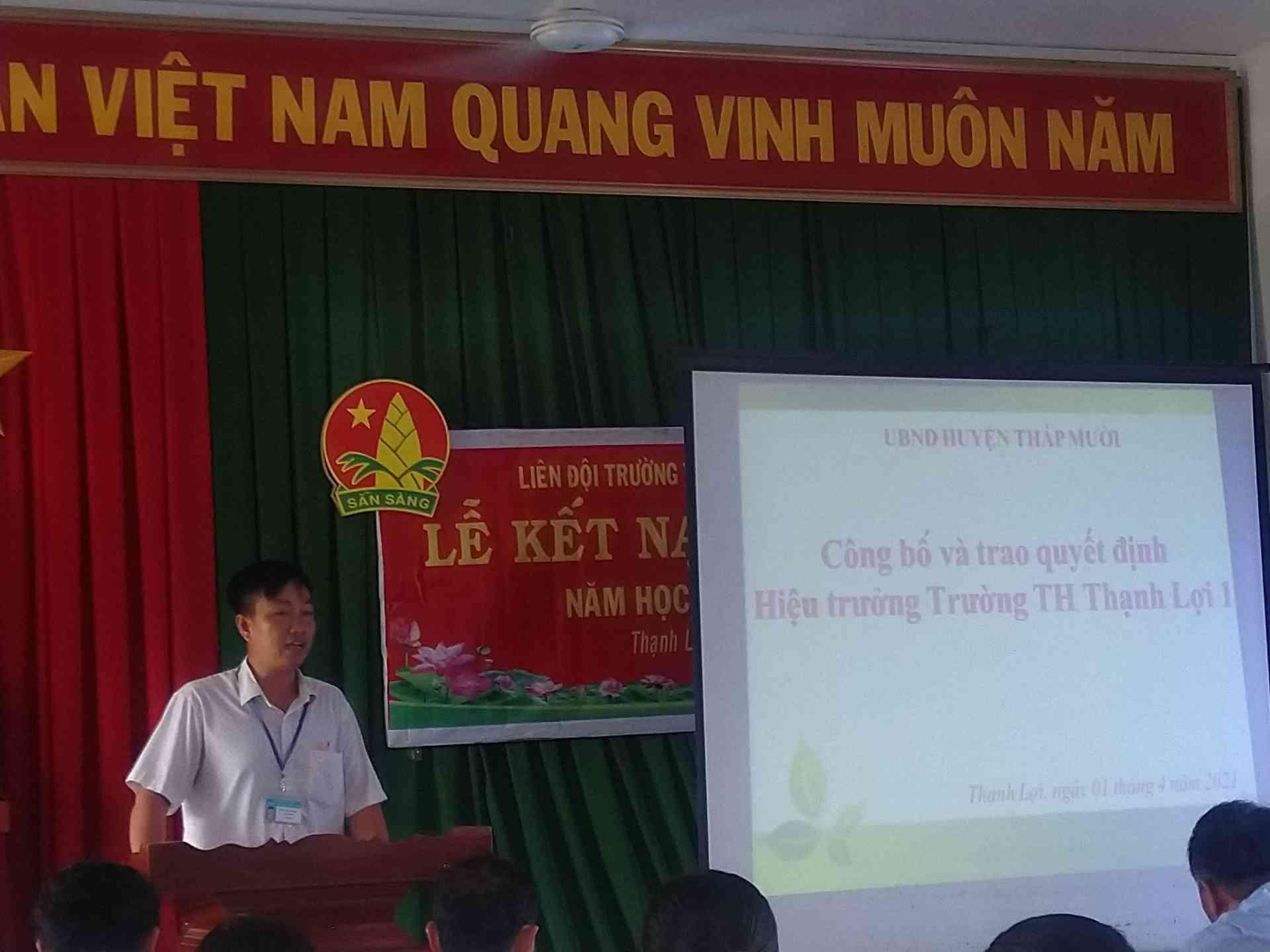 Thầy Trần Hữu Phước - CTCĐ nhà trường phát biểu và cảm ơn thầy Nguyễn Thành Tâm trong những năm làm việc tại trường.