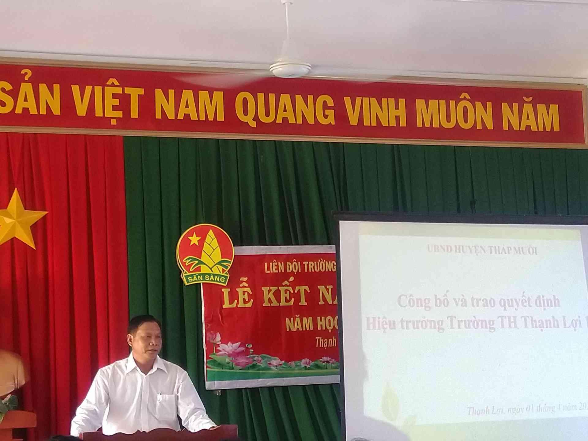 Đồng chí Trần Văn Cưng phó chủ tịch xã Thạnh Lợi phát biểu trong lễ công bố quyết định hiệu trưởng.