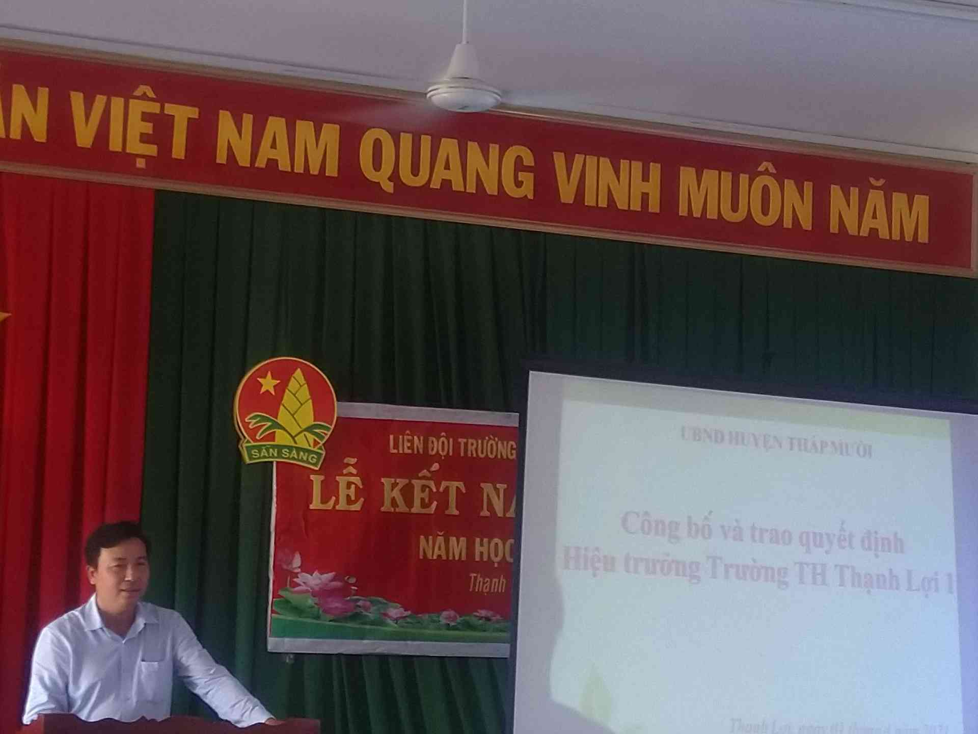 Thầy Ngô Thanh Sang - Trưởng phòng GD huyện Tháp Mười phát biểu và chỉ đạo tại hội nghị trao quyết định hiệu trưởng.