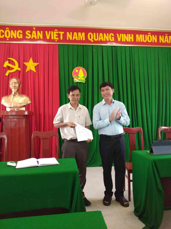 Đại diễn Đảng bộ xã Thạnh Lợi Đ/c Lê Quốc Diễn trao quyết định Bí thư Chi bộ trường Tiểu học Thạnh Lợi 1