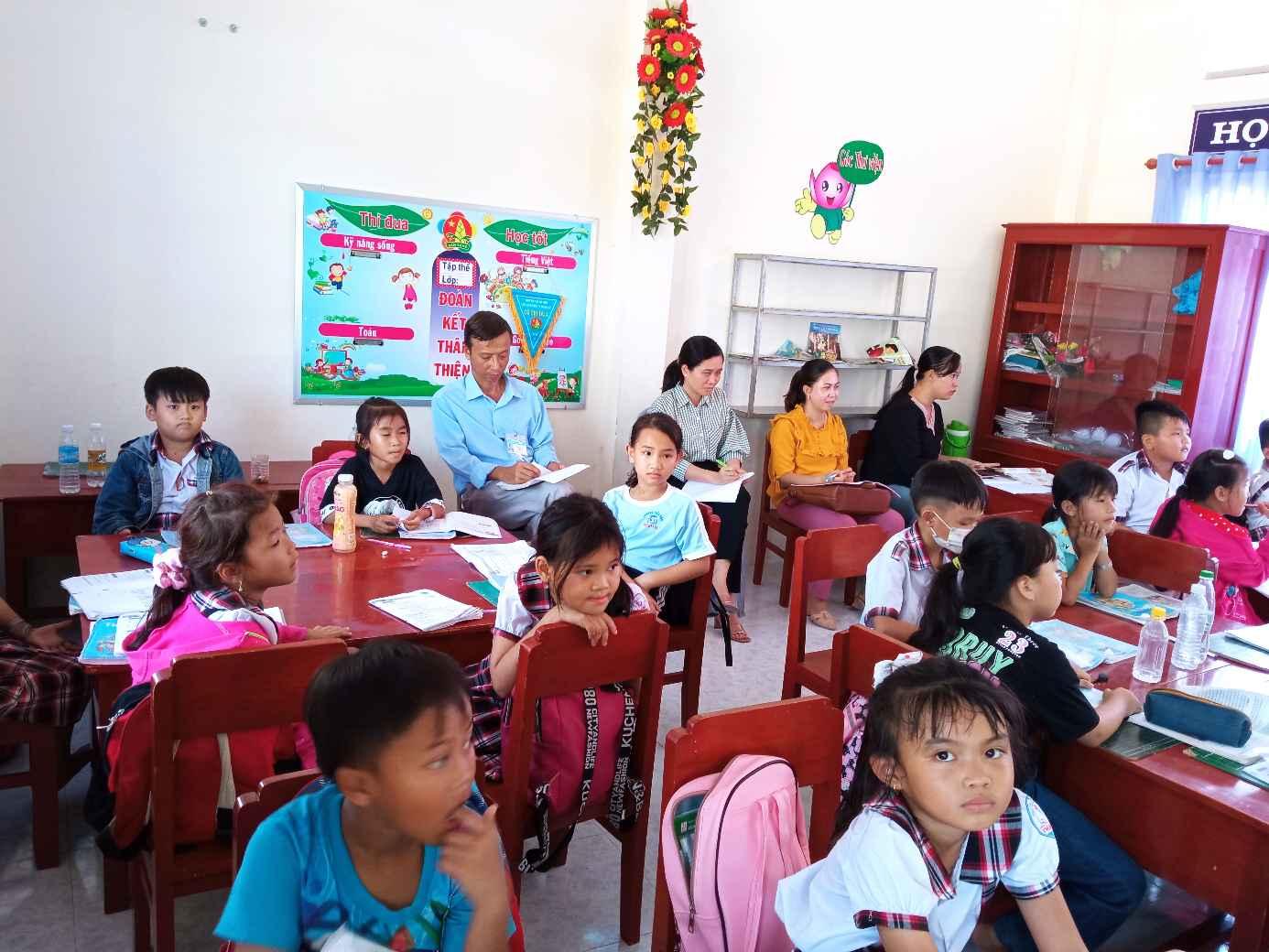 Các GV trong tổ 2+3 và BGH dự tiết dạy.