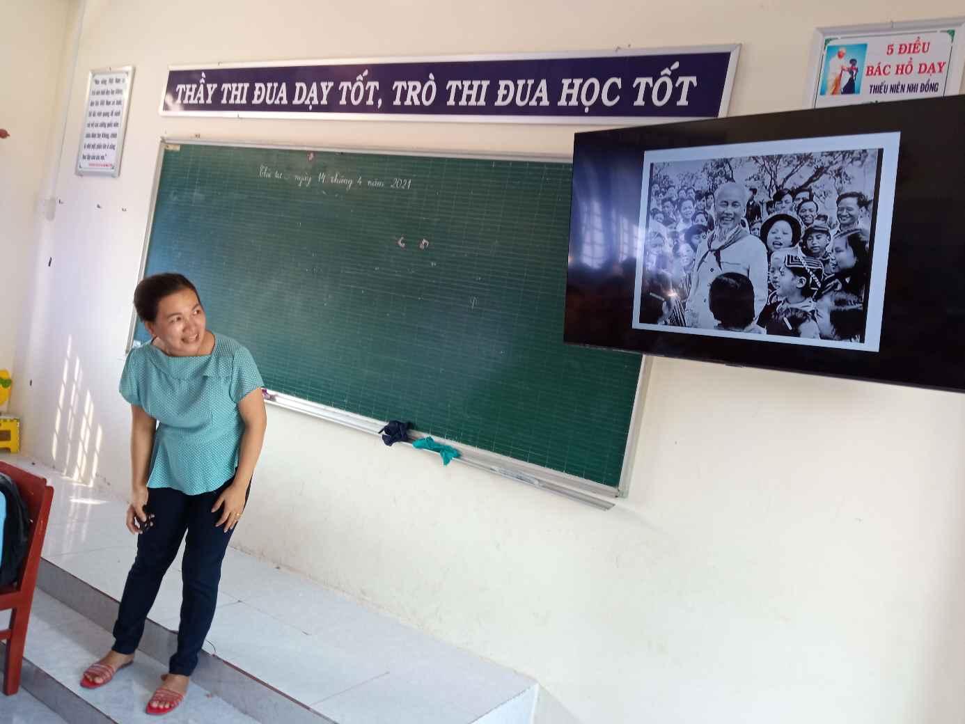 """Cô Đinh Thị Ngọc Lên đang giảng dạy bài :"""" TỪ ngữ về Bác Hồ, trong phân môn Luyện Từ và Câu."""